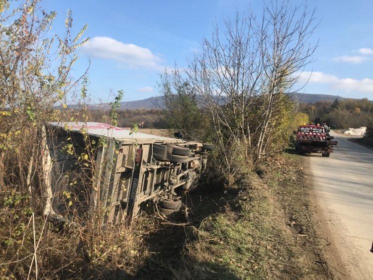 камион на мебели Виденов се преобърна в канавка